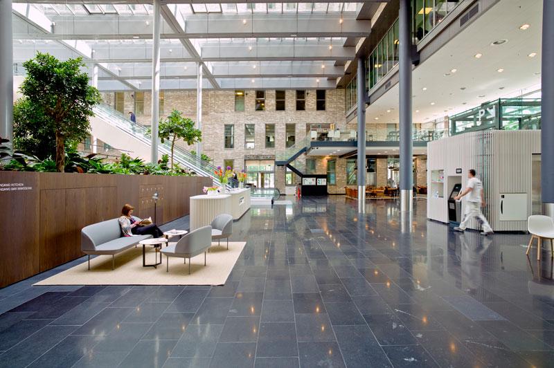 De lobby van het gebouw